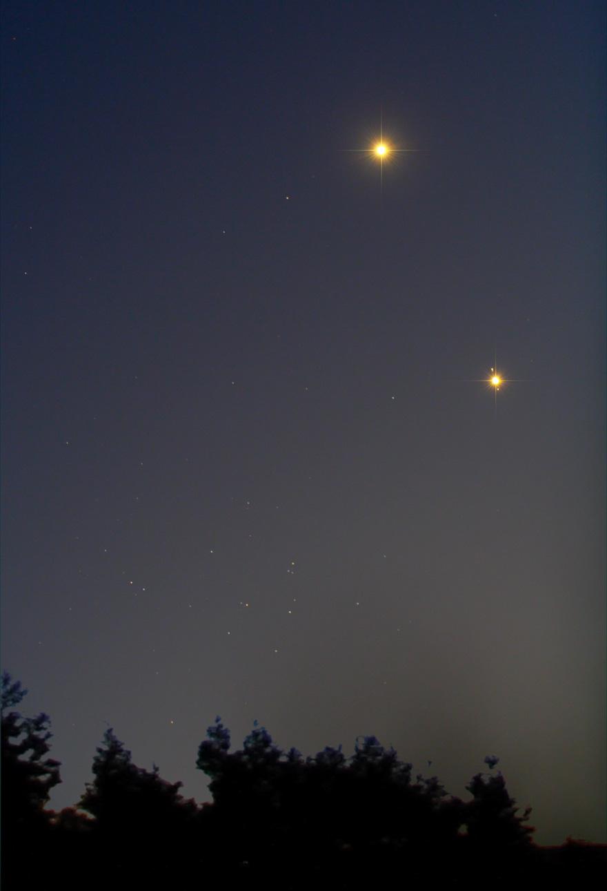 Venere e Giove: fari nella notte. Quasi scompare il brillante ammasso del Presepe ben visibile nella costellazione del Cancro nel cielo di Payson, Arizona. Crediti: Chris Schur.