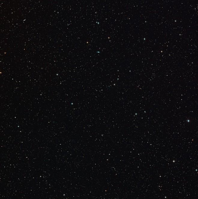 Il diagramma mostra come l'effetto di lente gravitazionale intorno a una galassia normale focalizza la luce che proviene da un sistema di galassie in collisione molto distante, per formarne un'immagine distorta, ma più brillante. Crediti: ESO/M. Kornmesser