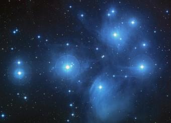 Conosciute anche come le Sette sorelle, la Chioccetta o con la sigla M45 del catalogo di Charles Messier, le Pleiadi sono un ammasso aperto, ben visibile nella costellazione del Toro. Crediti: NASA, ESA, AURA / Caltech, Palomar Observatory.