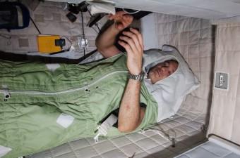 L'astronauta Luca Parmitano dorme a bordo della ISS. Crediti: ESA