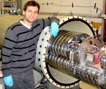 Michael Anders, primo autore dello studio, accanto all'acceleratore LUNA sotto al Gran Sasso. Crediti: HZDR/M. Anders