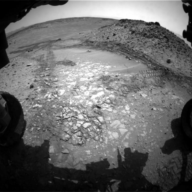 Immagine scattata il 14 agosto 2014 dalla Hazard Avoidance Camera (Hazcam) montata su Curiosity. Crediti: NASA/JPL-Caltech