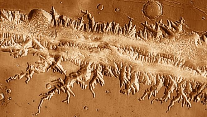 La valle Ius Chasma in un mosaico di immagini di 2001 Mars Odyssey. Crediti: NASA / JPL-Caltech / University of Arizona