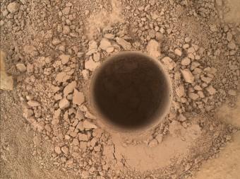 Non un semplice foro, ma la prima perforazione di Curiosity per raccogliere campioni del Mount Sharp. Ha un diametro di 1,6 centimetri per 6,7 centimetri di profondità. Crediti: NASA /JPL-Caltech /MSSS