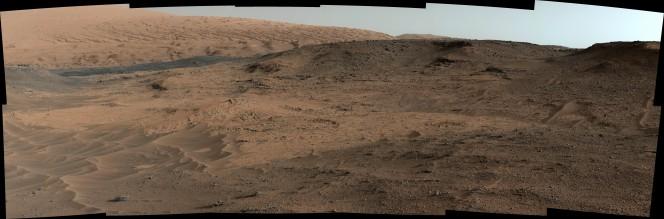 Così si presentava il 17 settembre 2014 l'affioramento Pahrump Hills, alle pendici del Mount Sharp, alla vista della Mastcam di Curiosity. Da questa immagine i ricercatori hanno selezionato il punto per la successiva perforazione, sulla destra delle ondulazioni sabbiose. Crediti: NASA /JPL-Caltech /MSSS