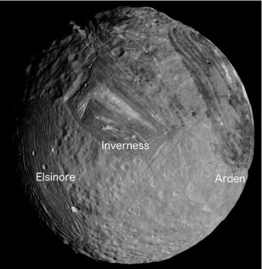 Un mosaico dell'emisfero Sud di Miranda, il satellite di Urano con un raggio di 236 km. Da dx a sx sono visibili le corone Elsinore, Inverness e Arden