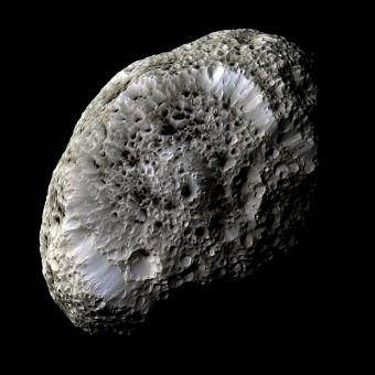 La spugnosa Hyperion, una luna esterna di Saturno di forma bizzarra e orbita caotica, vista da Cassini. Crediti: NASA/JPL/Space Science Institute
