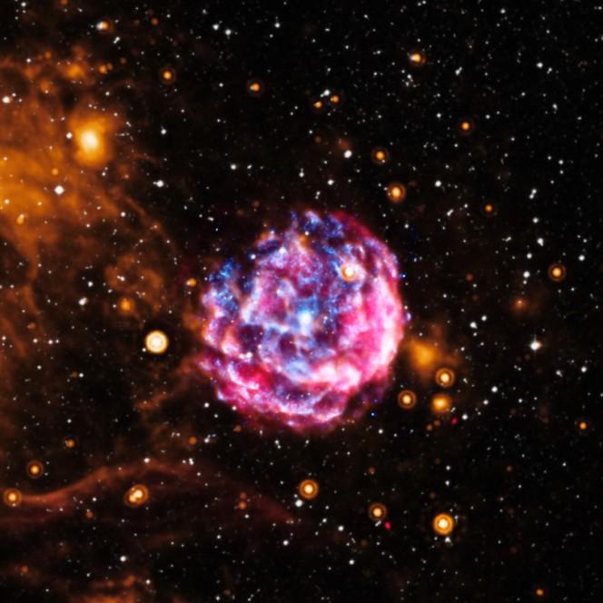 Nell'immagine i resti della supernova Kes73 a 28000 anni luce dalla Terra. Crediti: X-ray, NASA/CXC/Univ. of Manitoba/H.Kumar et al; Optical, DSS, Infrared, NASA/JPL-Caltech; Radio, NSF/NRAO/VLA