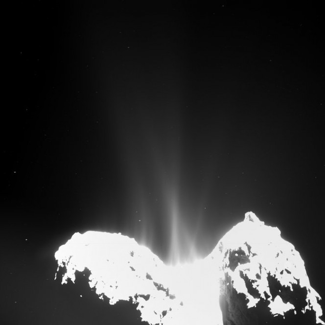 L'immagine della cometa 67P/Churyumov-Gerasimenko scattata da OSIRIS, wide-angle camera il 10 Settembre 2014. L'attività cometaria è presente su tutto il corpo della cometa. Crediti: ESA/Rosetta/MPS for OSIRIS Team MPS/UPD/LAM/IAA/SSO/ INTA/UPM/DASP/IDA