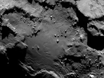 La parte inferiore del lobo più grande della cometa 67P/Churyumov-Gerasimenko. L'immagine è stata ripresa il 6 agosto da una distanza di 130 chilometri con una risoluzione di 2.4 metri per pixel. Credits: ESA/Rosetta/MPS for OSIRIS Team MPS/UPD/LAM/IAA/SSO/INTA/UPM/DASP/IDA