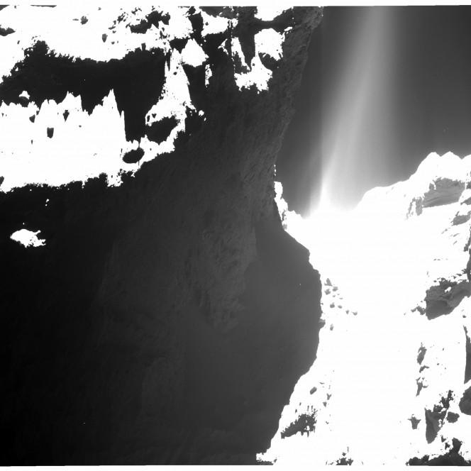 Una immagine di 67P/C-G (il lobo più piccolo è sulla sinistra) realizzata dalla camera OSIRIS WAC (wide-angle camera) il 20 ottobre a  7.2 Km dalla superficie. Crediti: ESA/Rosetta/MPS for OSIRIS Team MPS/UPD/LAM/IAA/SSO/INTA/UPM/DASP/IDA