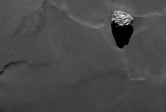 Il primo piano del masso Cheops, ripreso il 19 settembre dalla camera OSIRIS in dotazione alla sonda ESA Rosetta da una distanza di 28.5 chilometri dalla superficie della cometa. Dalle misurazioni effettuate il masso ha una dimensione massima di 45 metri. Credits: ESA/Rosetta/MPS for OSIRIS Team MPS/UPD/LAM/IAA/SSO/INTA/UPM/DASP/IDA