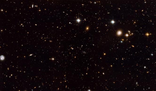 Questa immagine, ottenuta dal telescopio Hubble della NASA/ESA, mostra una visione d'insieme della regione che circonda la Galassia Tela di Ragno (appena a destra del centro) presa dallo strumento ACS. Crediti: NASA, ESA, G. Miley and R. Overzier (Leiden Observatory), and the ACS Science Team Acknowledgement: Davide De Martin (ESA/Hubble).