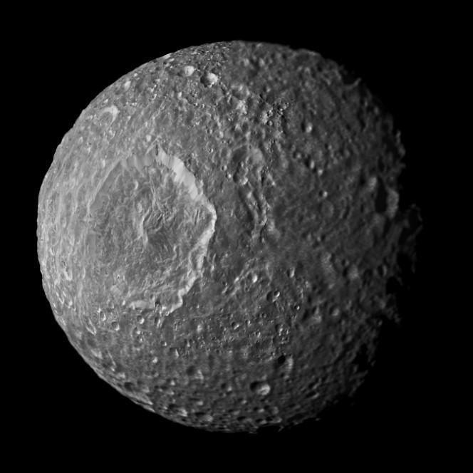 La luna di Saturno Mimas ripresa dalla sonda della NASA Cassini il 13 febbraio 2010. Crediti: NASA/JPL-Caltech/Space Science Institute