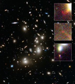 L'immagine catturata da Hubble dell'ammasso Abell 2744. I tre riquadri, indicati dalle lettere 'a', 'b' e 'c' e ingranditi sulla destra, rappresentano altrettante immagini della stessa, piccola, galassia retrostante, amplificata e suddivisa in tre dall'effetto di lente gravitazionale dovuto all'ammasso. Crediti: NASA/ESA, A. Zitrin (California Institute of Technology, USA)