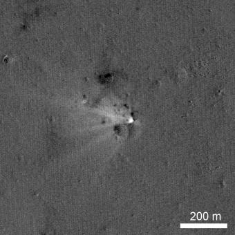 Questa immagine del sito di impatto di LADEE è stata ottenuta combinando due immagini riprese da LRO prima e dopo l'evento. Crediti: NASA/Goddard/Arizona State University