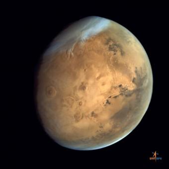 Olympus Mons, il terzetto di vulcani sull'altopiano di Tharsis e le Valles Marineris ben evidenti in questa immagine dalla sonda indiana Mars Orbiter Mission. Si notino anche le nuvole e la calotta polare sud. Crediti: ISRO