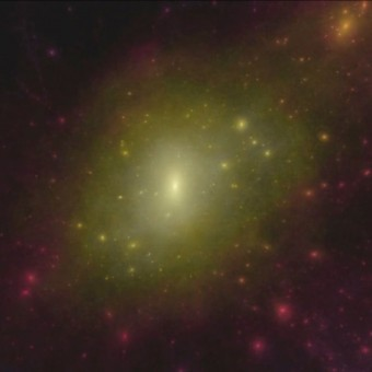 """Simulazione al computer di una galassia a spirale simile alla Via Lattea, con l'alone di materia oscura che l'avvolge. Si scorgono """"nodi"""" di materia oscura dove si dovrebbero trovare molte piccole galassie satellite, fatto che nella realtà della nostra galassia non viene osservato. Se ci fosse molta meno materia oscura, come suggerisce il nuovo studio, allora i conti tornerebbero di più. Crediti: Chris Power e Rick Newton, ICRAR"""