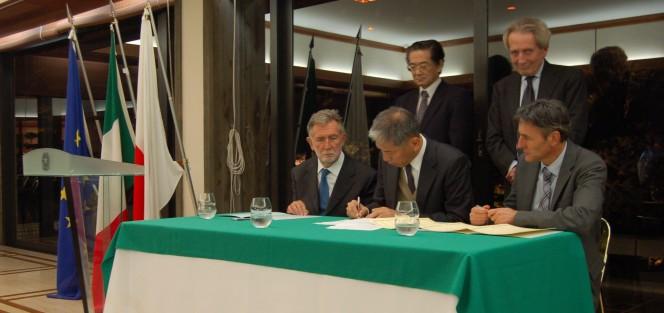 La firma dell'accordo fra INFN, INGV ed ERI (Università di Tokyo) nella sede dell'ambasciata italiana a Tokyo.