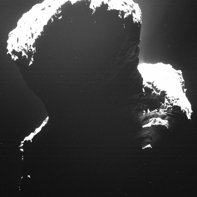 Una suggestiva immagine della parte oscura della cometa 67P/Churyumov-Gerasimenko. La luce retro diffusa dalle particelle di polvere cometaria rivelano un indizio della struttura della superficie. L'immagine è stata scattata da OSIRIS lo scorso 29 settembre da una distanza di circa 19 chilometri. Credits: ESA/Rosetta/MPS for OSIRIS Team MPS/UPD/LAM/IAA/SSO/INTA/UPM/DASP/IDA