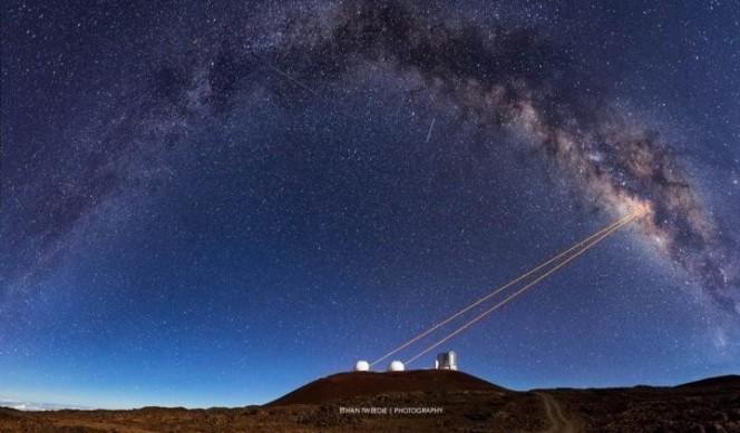 Un gruppo di ricercatori della UCLA hanno usato i telescopi del W.M. Keck Observatory alle Hawaii e la tecnologia delle ottiche adattive per scoprire che G2 fa parte di un sistema stellare binario avvolto da gas e polvere. CreditI: Ethan Tweedie