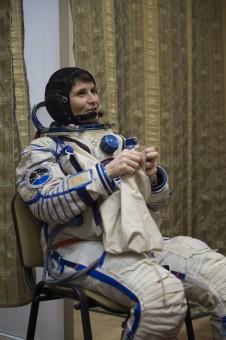 L'astronauta dell'ESA Samantha Cristoforetti indossa la sua tuta pressurizzata Sokol al Centro Gagarin Addestramento Cosmonauti, in Russia durante la preparazione per la sua missione, denonominata Futura, di sei mesi a bordo della Stazione Spaziale Internazionale. Crediti: ESA–S. Corvaja, 2014