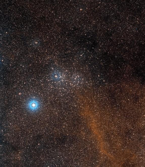 Questa panoramica del cielo intorno all'ammasso NGC 3532 è stata ottenuta da materiale fotografico proveniente dalla DSS2 (Digitized Sky Survey 2). L'ammasso stesso è al centro dell'immagine mentre la stella brillante in basso a sinistra è x Carinae - una ipergigante gialla, circa cinque volte più lontana da Terra dell'ammasso stesso. Questa stella è una delle più distanti visibili a occhio nudo. Crediti: ESO/Digitized Sky Survey 2. Acknowledgement: Davide De Martin