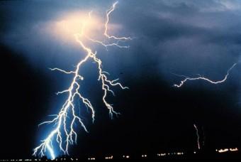 In questa immagine sono visibili sia fulmini nuovola-terra che nuvola-nuvola. Crediti: NOAA