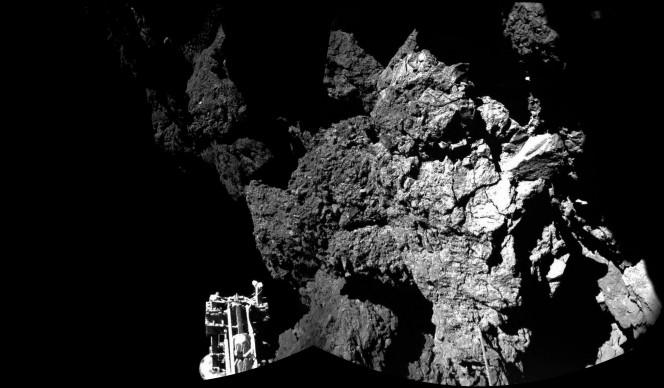 """Il selfie del """"piede"""" di Philae  appoggiato sulla roccia della cometa. Crediti: ESA / Rosetta / Philae / CIVA"""