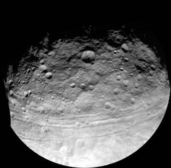 La cintura equatoriale di Vesta ripresa dalla sonda Dawn nel 2011 a 5200 km dalla superficie. Crediti: NASA/JPL, Caltech / UCLA MPS / DLR / IDA