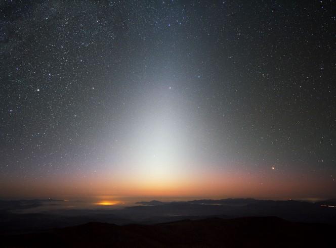 La luce zodiacale su La Silla (Cile). L'immagine risale al settembre 2009, pochi minuti dopo il tramonto. Crediti: ESO/Y. Beletsky