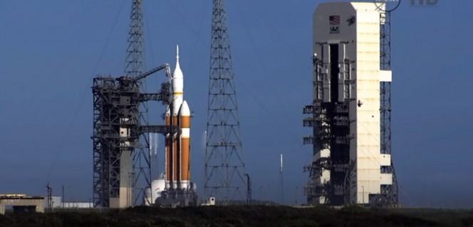 Lo United Launch Alliance Delta IV Heavy, cui è agganciata la capsula Orion, sulla rampa di lancio a Cape Canaveral.