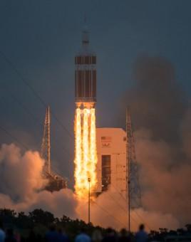 Lo United Launch Alliance Delta IV Heavy, cui è agganciata la capsula Orion, decolla sulla rampa di lancio a Cape Canaveral.