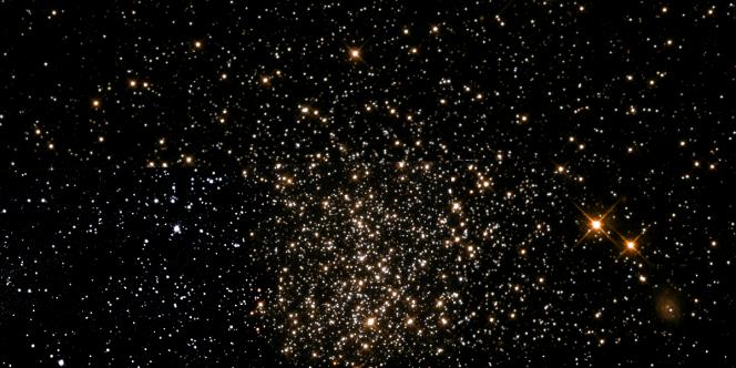 """Questo ammasso stellare si chiama, in gergo tecnico, e si trova nella Grande Nube di Magellano. All'interno i ricercatori hanno trovato stelle """"di mezza età"""" tutte accomunate proprio dalla loro datazione (a differenza di quanto creduto in passato). Crediti: NASA/ESA Hubble Space Telescope/Fabian RRRR"""