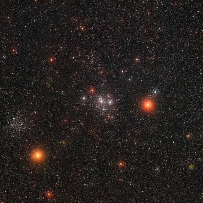 Questa panoramica mostra parte della costellazione della Poppa. Questa zona di cielo comprende alcuni ammassi stellari brillanti, primo tra tutti Messier 47, al centro, e il fratello Messier 46, vicono al bordo sinistro, più ricco di stelle ma più lontano. Questa immagine è stata ottenuta a partire dai dati della DSS2 (Digitized Sky Survey 2). Crediti: ESO/Digitized Sky Survey 2. Acknowledgement: Davide De Martin