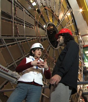 Fabiola Gianotti e David Kaplan nel tunnel di LHC, all'interno dell'esperimento ATLAS (courtesy Cristine Platt Dewey)