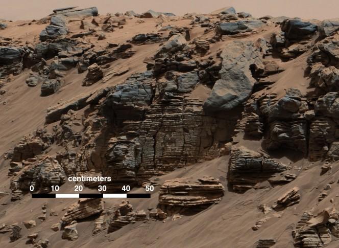 La foto è stata scattata dalla Mast Camera (Mastcam) a bordo di Curiosity il 7 agosto 2014: si vedono i depositi sedimentari lacustri accumulati non lontano da dove una volta nel lago sfociava un antico fiume. Crediti: NASA/JPL-Caltech/MSSS