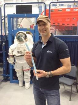L'astronauta dell'ESA Luca Parmitano mostra il boccaglio che eviterà agli astronauti di sperimentare gli stessi problemi che ha avuto quando il suo casco ha iniziato a riempirsi d'acqua. Crediti: NASA/ESA.
