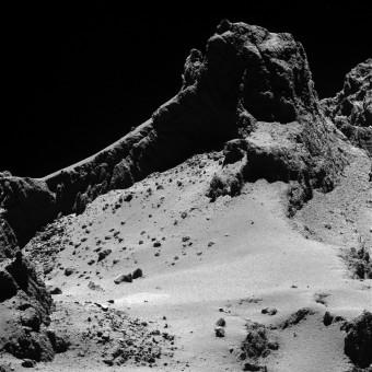 """Spettacolare immagine di una zona nella """"testa"""" della cometa 67P. Crediti: ESA/Rosetta/MPS for OSIRIS Team MPS/UPD/LAM/IAA/SSO/INTA/UPM/DASP/IDA"""