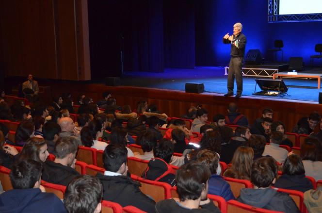 Roma Auditorium: una gremita sala Petrassi ascolta Giovanni Bignami nel racconto che ci porta dal Sistema Solare verso gli esopianeti nascosti nell'Universo che ci circonda.
