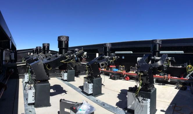 In questa fotografia scattata durante il periodo di verifica sono visibili la maggior parte dei telescopi da 20 centimetri che formano il sistema per survey. Crediti: ESO/R. West
