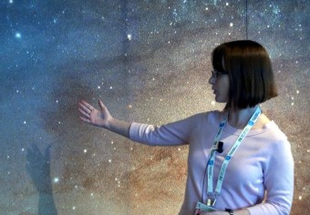 Claire Dorman (UC Santa Cruz) illustra la sua ricerca alle telecamere di Media INAF , avvalendosi della gigantografia di Andromeda ottenuta dall'immagine della survey PHAT compiuta da Hubble