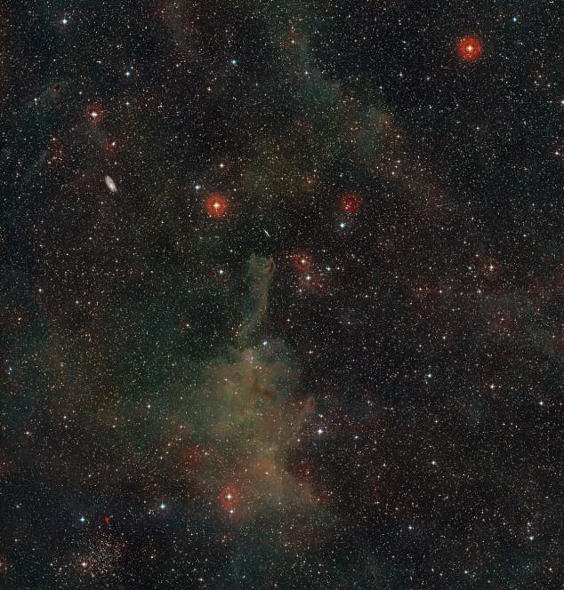 Questa panoramica mostra una zona ricca di sorgenti nella costellazione della Poppa. Al centro si trova lo strano globulo cometario CG4. Si vedono anche altri oggetti interessanti, tra cui alcune galassie a spirale molto più lontane. Questa visione a colori è stata ottenuta a partire da immagini della DSS2 (Digitized Sky Survey 2). Crediti: ESO and Digitized Sky Survey 2