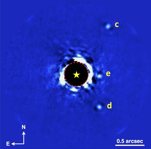 L'imaging del sistema planetario HR 8799 in banda K: si possono osservare 3 dei 4 pianeti. (Il pianeta b è al di fuori del campo di vista mostrato qui, verso sinistra). Questi dati sono stati ottenuti il 17 novembre 2013 durante la prima settimana di funzionamento del GPI e in condizioni climatiche relativamente difficili. Crediti: Christian Marois (NRC Canada), Patrick Ingraham (Stanford University) and the GPI Team.