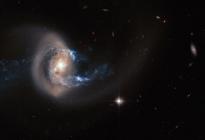 NGC 7714 is a spiral galaxy 100 million light-years from Earth — a relatively close neighbour in cosmic terms. La galassia a spirale NGC 7714 a 100 milioni di anni luce dalla Terra: è la protagonista di un violento scontro con la sua piccola compagna NGC 7715, in alto nell'immagine. Credit: ESA, NASA, A. Gal-Yam (Weizmann Institute of Science)