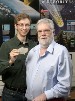 David Minton (sx) e Jay Melosh (dx) con un frammento di meteorite contenente condrule. Crediti: Purdue University/John Underwood