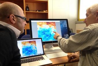 Due degli scienziati di Planck (Paolo Natoli, a sx, dell'Università di Ferrara e Reno Mandolesi, a dx, associato INAF nonché responsabile dello strumento LFI) osservano la nuova mappa in polarizzazione