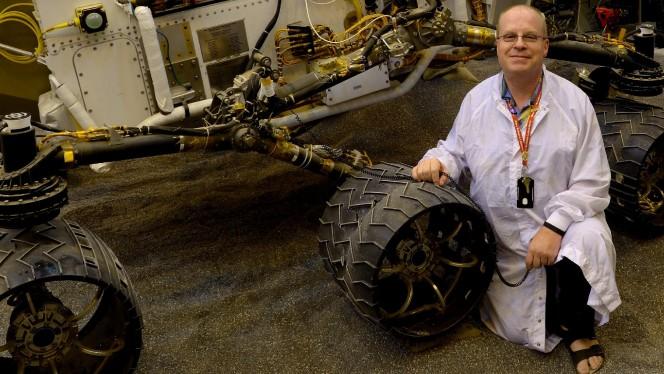 Paolo Bellutta posa (in ciabatte) con il rover Curiosity per una foto ricordo.