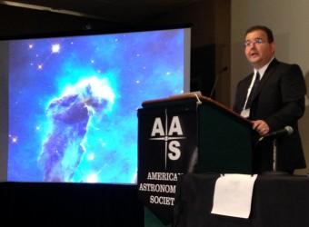 Paul Scowen illustra la nuova immagine presa da Hubble della Nebulosa dell'Aquila