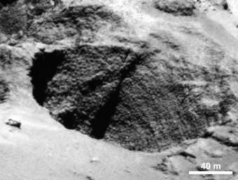 Un 'pozzo' profondo qualche centinaio di metri, con chiara evidenza di stratificazione interna.  Crediti: ESA/Rosetta/MPS for OSIRIS Team MPS/UPD/LAM/IAA/SSO/INTA/UPM/DASP/IDA